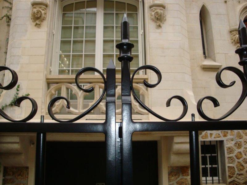 Détail d'un portail en acier